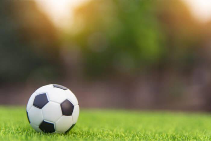 フィールド上に一つのサッカーボールがある